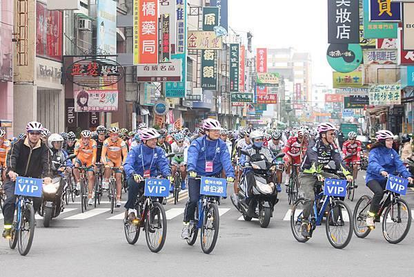 2012國際自由車環台賽第五站由彰化縣長卓伯源領騎出發
