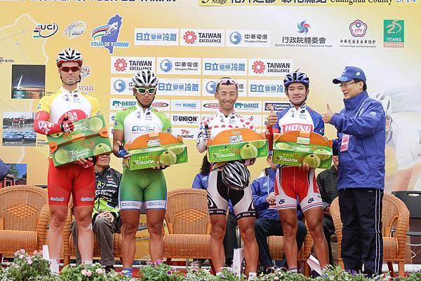 2012國際自由車環台賽第五站開賽前由彰化縣長卓伯源(右1)致贈在地名產台灣芭樂給四位目前領先的冠軍選手