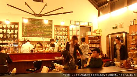 也門町咖啡的牆上,掛著滿滿的獎狀