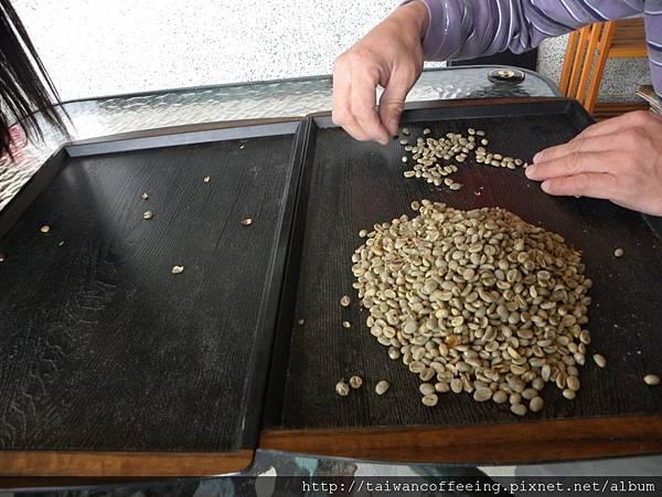 在生豆烘培前,都會先手工挑選豆子,排除瑕疵豆,確保咖啡的品質