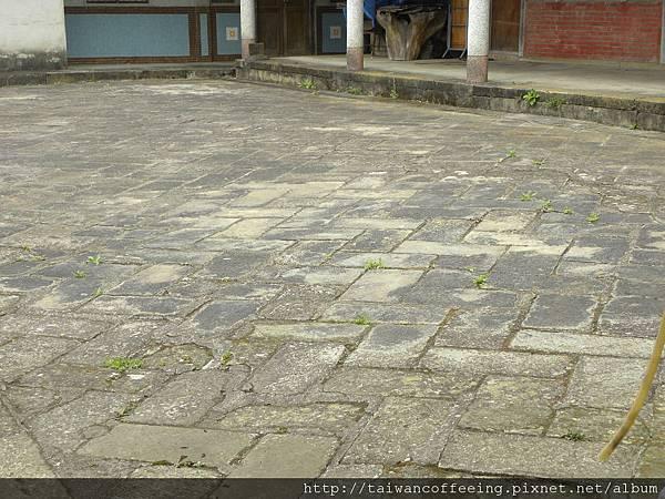 石頭磚是一塊塊搬來鋪地,因為之前沒有水泥