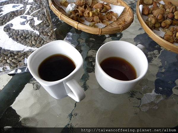 兩杯不同處理法的台灣咖啡。