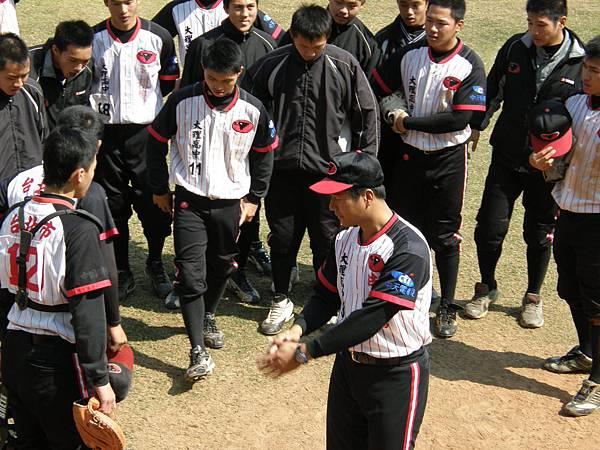 大理高中總教練廖敏雄(中前)勉勵球員別氣餒