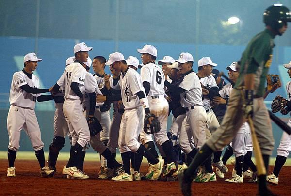 南英 (白衣隊)苦戰十二局獲勝興奮無比,高苑打者拎著球棒退場。