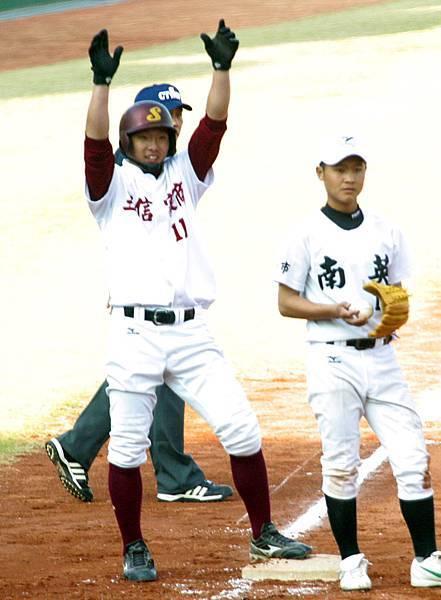 三信楊仕胤擊出勝利打點在上三壘舉臂接受隊友歡呼