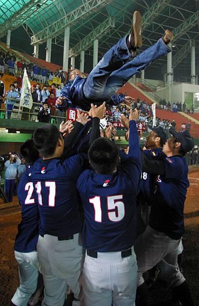 中農球員拋起冠軍教練李明益