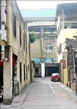 台中市後火車站的國際戲院旁,自民國45年起即設有合法妓女戶存在,目前有3家仍在營業當中(記者廖耀東攝).jpg