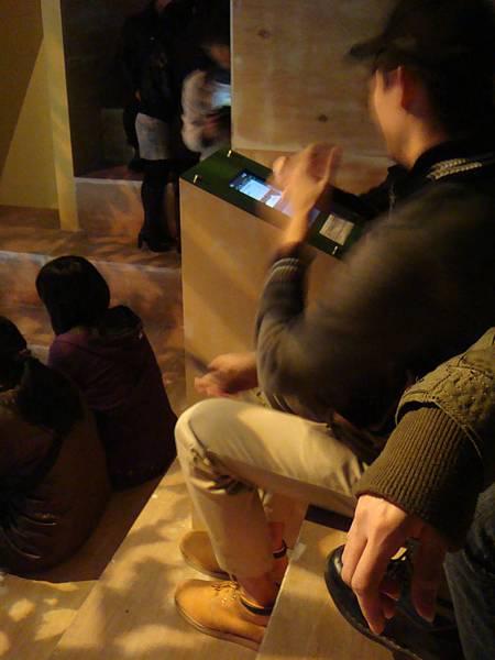 20110211(五)‧世界的角落特展,超沒水準佔機器很久的大學生