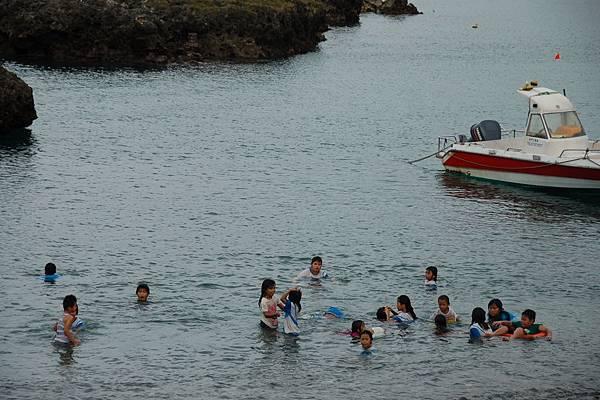 20110603東清村岸邊孩子們下課的戲水
