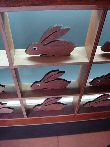 20110211(五)‧世界的角落特展,入口兔子們