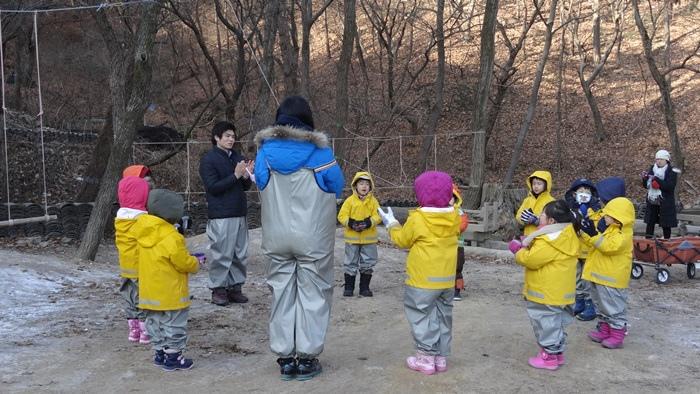 到森林探索前先做團體暖身操DSC05567