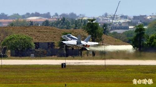 美軍故障的編號404F-18戰機,先起飛離台南空軍基地