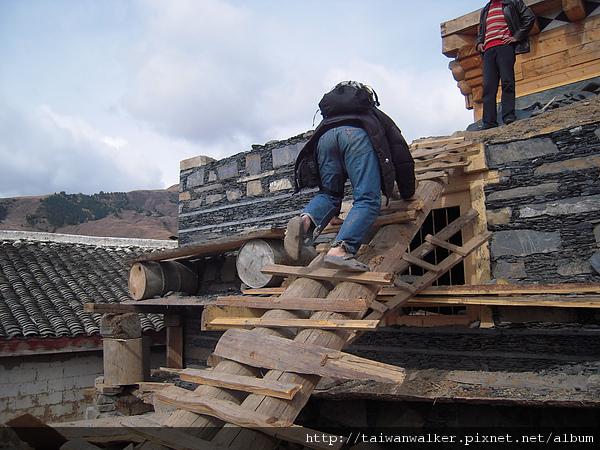 從興建中的道孚民居爬下來
