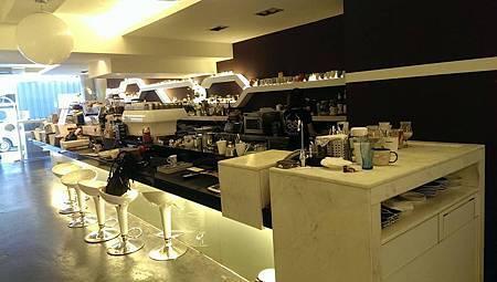 小編最愛吧台區了!可以近距離看咖啡師調製咖啡的專屬吧台區