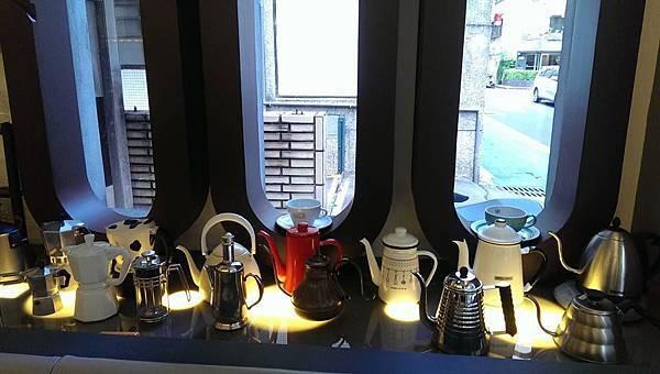 這是小編最喜歡的一區了,用很多不同的咖啡器具,擺設出的一個專屬區,非常有氣氛