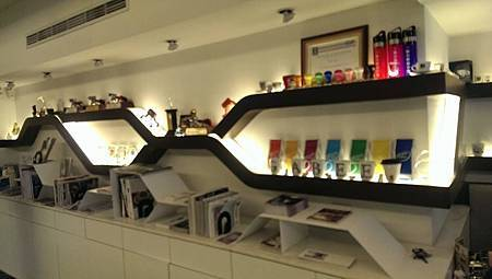擺設許多與咖啡相關的商品和國內外雜誌