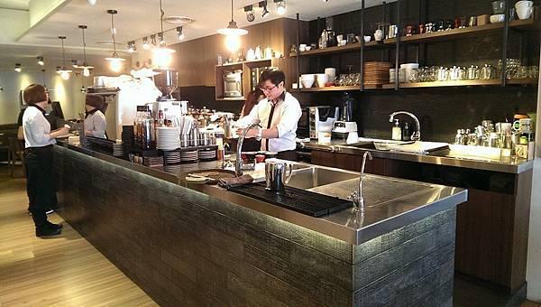 每一位咖啡師都專注認真的調製每一杯咖啡