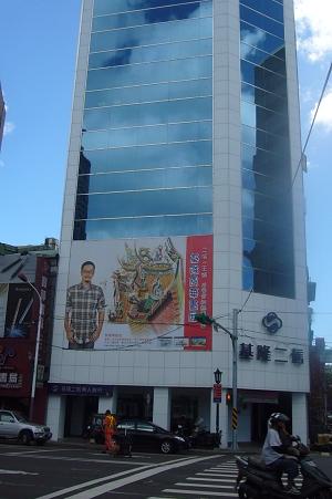 王傑站在牆上300-1.jpg