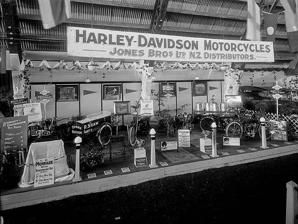 Harley-Davidson-motorcycle-display-ca-1920