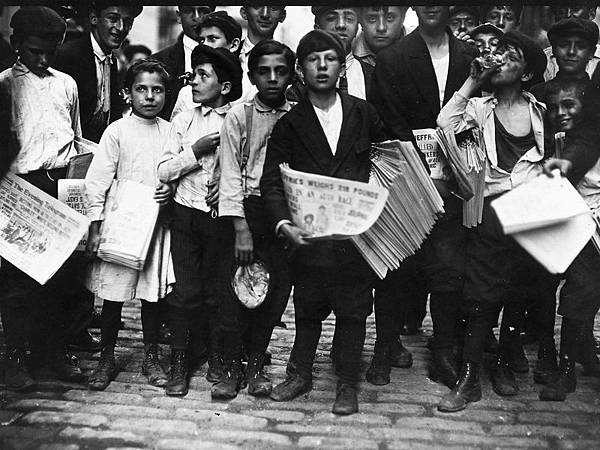 Newsboys-and-newsgirl.-Getting-afternoon-papers.-New-York-City-July-1910
