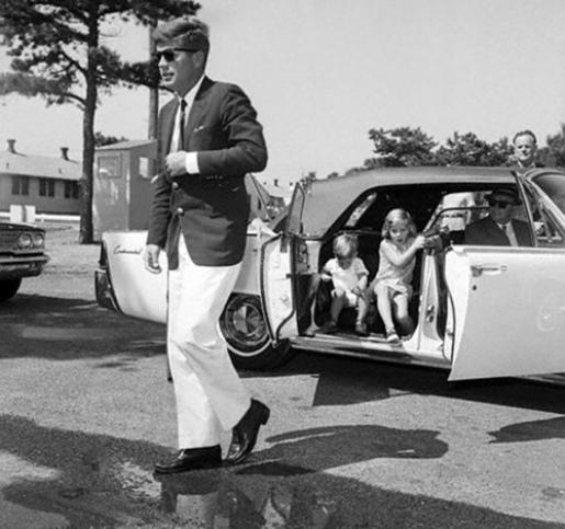 thumbs_john-f-kennedy-jfk-john-kennedy-jr-caroline-kennedy-white-lincoln-continental-white-pants-ray-ban-wayfarer