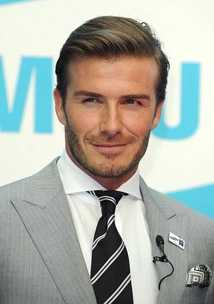 David-Beckham-toujours-impeccable-lorsqu-il-fait-une-apparition_portrait_w674-1.jpg