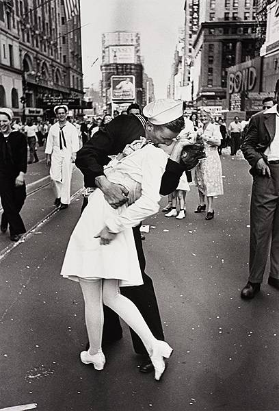 Alfred-Eisenstaedt-Kiss-in-Times-Square-photo.jpg
