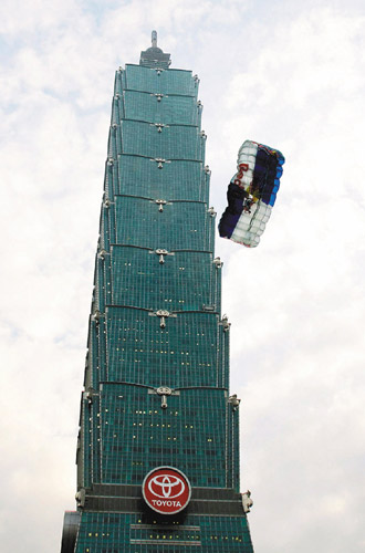 Felix Baumgartner jumping off Taipei 101