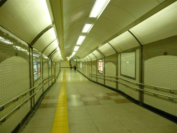 地鐵的通道 明亮寬敞 天花板設計也挺不錯的
