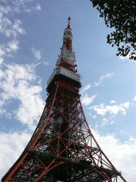 東京鐵塔到了 配上藍天白雲 感覺超讚