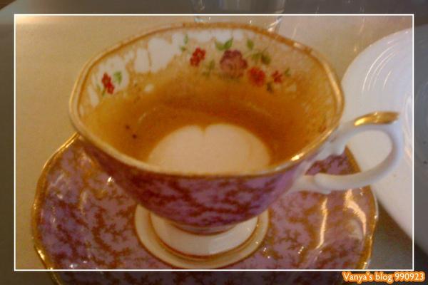 瑪琪朵朵-熱卡布奇諾的杯子很高級
