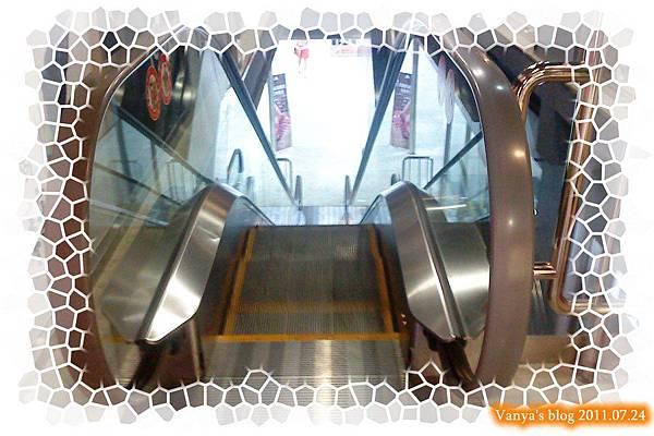 高雄五福大統之居食屋和民-電扶梯好窄