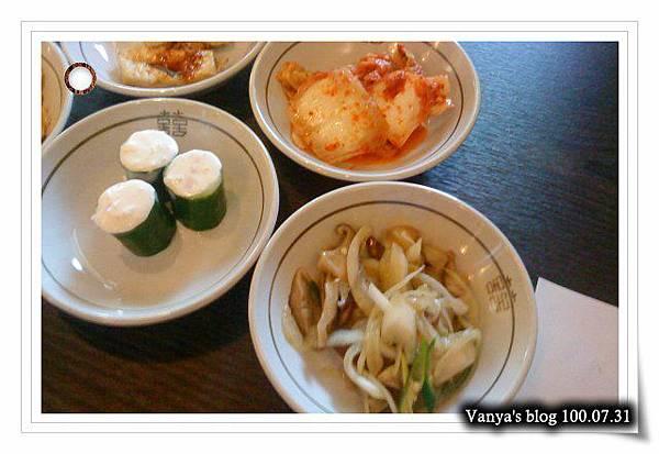 高雄韓式料理之淨豆腐-小菜有小黃瓜沙拉捲、泡菜、香菇拌洋蔥等