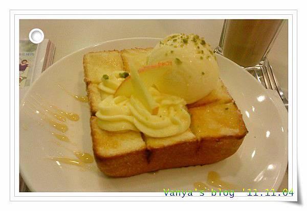 高雄夢時代3F波哥茶館-冰淇淋厚片之香草蜜糖,側照