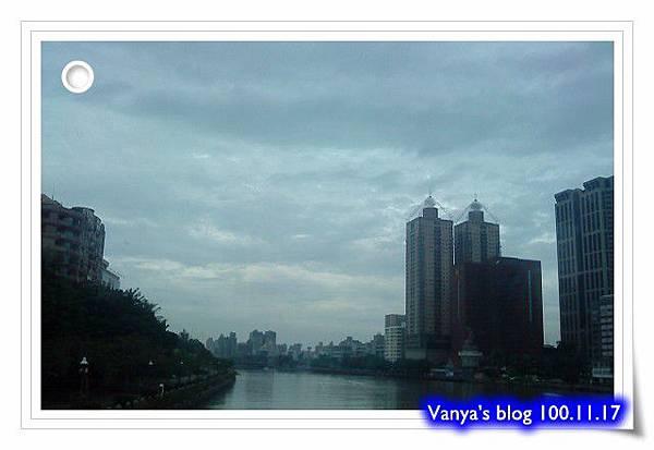 雨天午後的愛河畔,開始落起綿綿細雨...