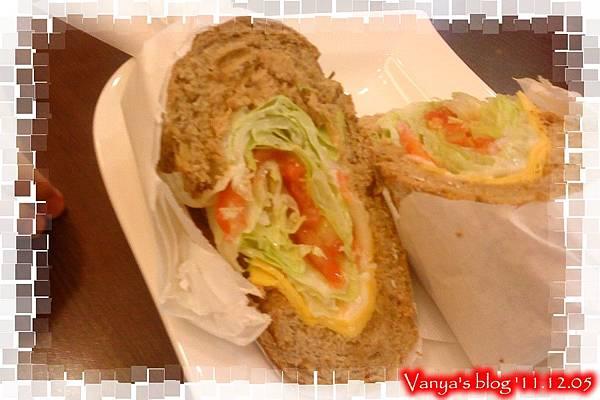 高雄漢神百貨BF3東森咖啡-小汪點的健康雜糧三明治,鮪魚生菜口味側面
