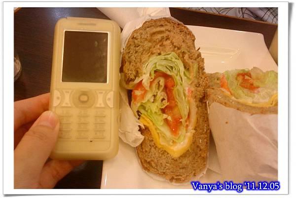 高雄漢神百貨BF3東森咖啡-小汪點的健康雜糧三明治,鮪魚生菜,很大一份