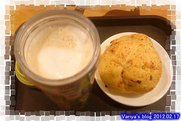 高雄星巴克青年門市-晚茶之零脂熱拿鐵和義式橄欖麵包