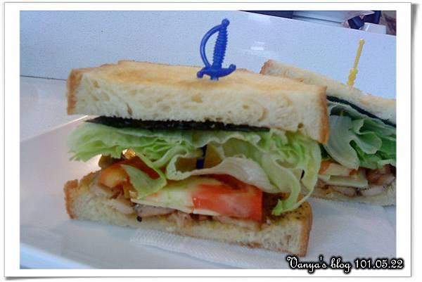 高雄 always a+咖啡館-丹麥燻雞三明治,剖面