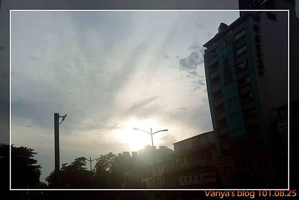 下午17點多的天空,雄女後方