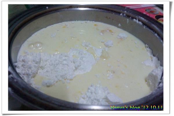 加入低筋麵粉,再混全牛奶、蛋、砂糖等調味