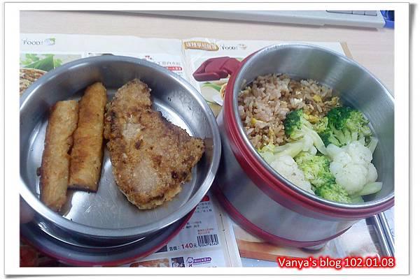 午餐便當-老媽牌花椰菜和魚排等