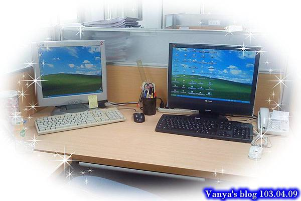 目前的辦公桌面,有小白和小黑相伴~