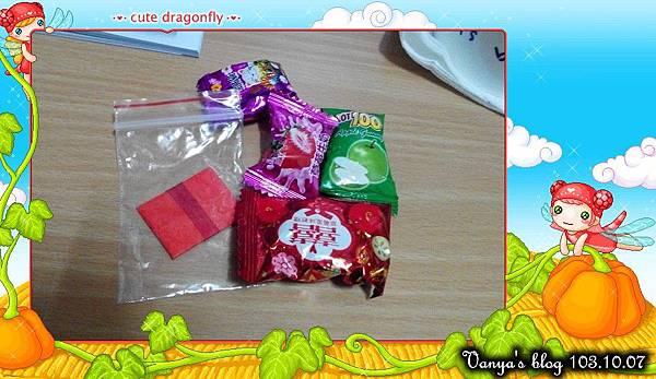 高雄霞海城隍廟-拜完的紅線與糖果