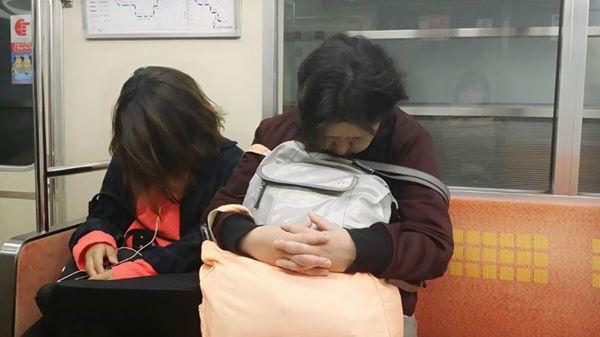 地鐵列車中睡翻的人~~