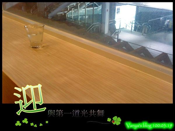 咖啡林咖啡-2F窗邊座位,可看見捷運站美麗島一號出口