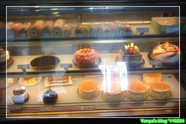 高雄烘樂夫法式烘焙坊,馬卡龍和蛋糕冷藏櫃
