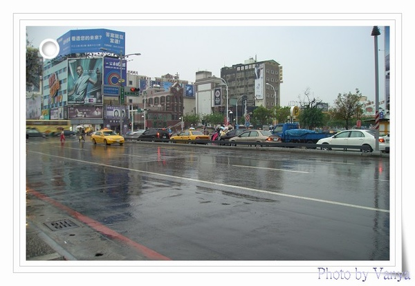 下著雨的新堀江大街