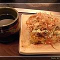 穎座位上的茶與大阪燒