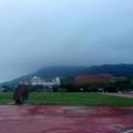 下午六點多,起霧的中山大學操場,彷若要下雨般